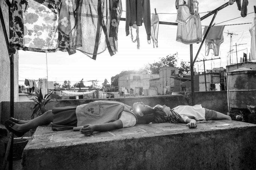 roma-2018-001-sofia-and-boy-lying-under-laundry.jpg.109c5ba75b628850e880d133f3673a76.jpg